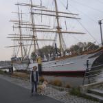 Susanne und Maja vor dem Segelschulschiff Deutschland